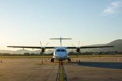 Малые самолет или аэроплан припаркованные на авиапорте Стоковые Изображения