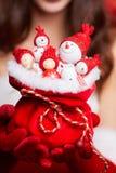 Малые снеговики в красных шляпах в сумке в руках модели CH Стоковые Фото