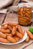 Малые сосиски на древесине Стоковые Фото