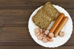 Малые сосиски птицы от хлеба мяса домашней птицы и всей пшеницы с семенами подсолнуха Стоковое Изображение RF