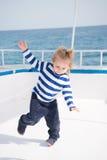 Малые счастливые танцы ребёнка на яхте в морской рубашке Стоковые Изображения RF