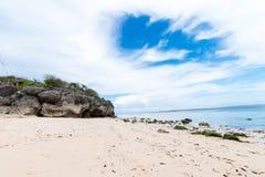 Малые утесы разбросанные на конец песка пляжа вверх Красивый ландшафт океана, изумительное небо bali Индонесия Стоковые Фотографии RF
