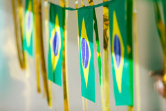 Малые флаги Бразилии используемые для того чтобы украсить улицы на кубок мира 2 ФИФА Стоковое фото RF