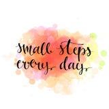 Малые шаги каждый день Черная цитата мотивировки дальше Стоковое Изображение