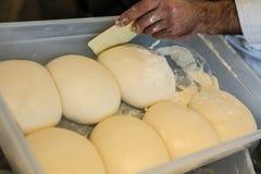Малые шарики свежего домодельного теста пиццы на floured деревянном хряке Стоковое Изображение RF
