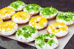 Малые donuts при покрашенная белизна замораживая и брызгают Стоковое фото RF