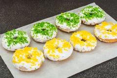 Малые donuts при покрашенная белизна замораживая и брызгают Стоковое Фото
