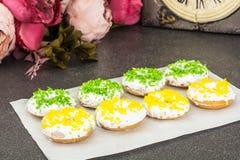 Малые donuts при покрашенная белизна замораживая и брызгают Стоковая Фотография