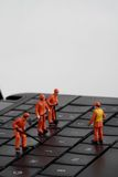 Малые figurines работников ремонтируя клавиатуру компьютера Стоковые Изображения RF