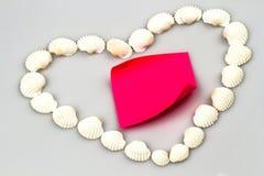 Малые seashells в форме сердца дальше Стоковые Фото