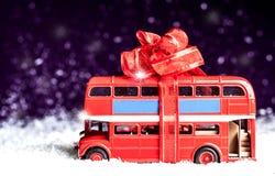 Малый автомобиль с декоративным смычком в снеге стоковые фотографии rf