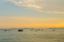 Малый анкер рыбацких лодок около залива Стоковые Изображения RF