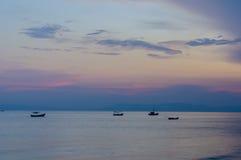 Малый анкер рыбацких лодок около залива Стоковые Фото