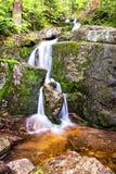 Малый ландшафт утесов водопада на долгой выдержке Стоковое Фото