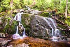 Малый ландшафт утесов водопада на долгой выдержке Стоковое Изображение RF