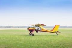 Малый аэроплан в поле стоковые фотографии rf