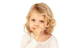 Малый белокурый ребенок bitting его ногти Стоковая Фотография