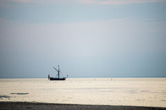 Малый белый корабль в море Стоковые Изображения RF