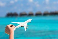 Малый белый самолет игрушки на тропическом пляже Стоковое Фото
