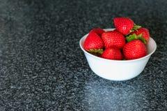 Малый белый шар заполненный с красными клубниками Стоковые Изображения