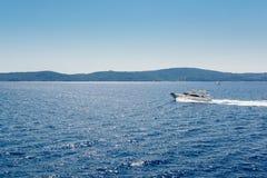 Малый быстроходный катер плавает вдоль спокойных вод Стоковая Фотография RF