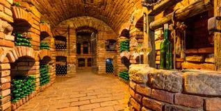 Малый винный погреб с бутылкой и стеклами вина Стоковая Фотография