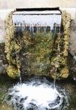 Малый водопад в парке Прозрачная падая вода ясное wa Стоковое фото RF