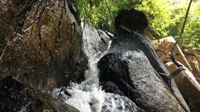 Малый водопад каскадируя над утесами в тропическом замедленном движении леса HD Таиланд сток-видео