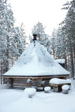 Малый деревянный блокгауз с крышей формы пирамиды Стоковая Фотография RF