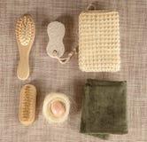 Малый деревянный комплект курорта, губка, камень пемзы, зеркало, полотенце, щетка, гребень Стоковое Фото