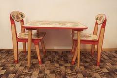 Малый деревянный стол и 2 стуль Стоковое фото RF