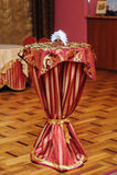 Малый журнальный стол с красной скатертью в ресторане Стоковое Изображение RF