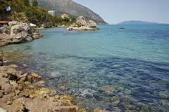 Малый залив и каменистый пляж, Kefalonia, Греция Стоковая Фотография RF