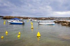 Малый залив рядом с пляжем Sa Olla, к югу от Менорки, Менорка, Балеарские острова, Испания Стоковая Фотография RF