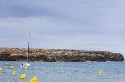 Малый залив рядом с пляжем Sa Olla, к югу от Менорки, Менорка, Балеарские острова, Испания Стоковые Фотографии RF
