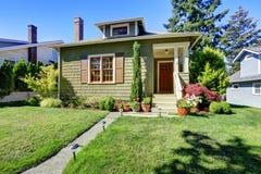 Малый зеленый американский экстерьер дома мастера Стоковое Фото
