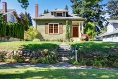 Малый зеленый американский экстерьер дома мастера Стоковое фото RF