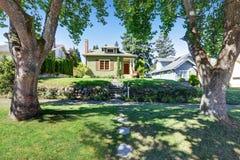 Малый зеленый американский экстерьер дома мастера Стоковая Фотография RF