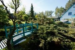 Малый зеленый footbridge над прудом сада весны стоковые фотографии rf
