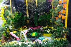 Малый карманный сад сделанный от смешивания рециркулирует материал и цветок Стоковая Фотография RF