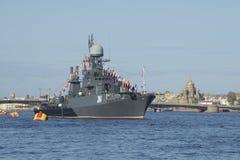 Малый корабль Urengoy анти--подводной лодки на предпосылке моста аннунциации Санкт-Петербург, Стоковые Фото