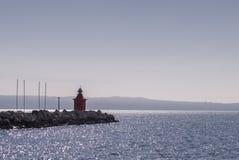 Малый красный маяк около моря Стоковая Фотография RF