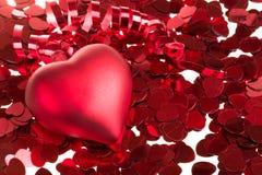 Малый красный confetti и большое сердце Стоковое Изображение