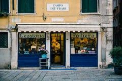 Малый магазин bindery книги в Венеции, Италии стоковые изображения rf