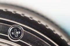 Малый макрос головки винта металла снял предпосылку запачканную wuth _ Стоковое фото RF