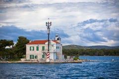 Малый маяк в входе залива Sibenik, Хорватия Стоковые Фотографии RF