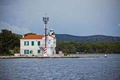 Малый маяк в входе залива Sibenik, Хорватия Стоковая Фотография RF