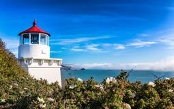Малый маяк защищая залива стоковые фото