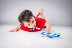 Малый мальчик играя самолет игрушки Стоковые Изображения