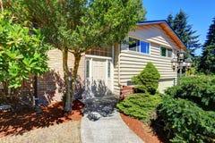 Малый милый американский дом с зелеными кустарниками Стоковое Фото
